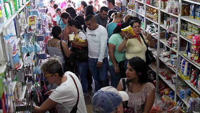 Тысячи венесуэльцев отправились в Колумбию за продуктами