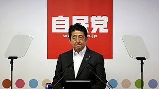 رئيس الوزراء الياباني يعزز سلطته بعد فوز ائتلافه الحكومي بالغالبية العظمى في مجلس الشيوخ
