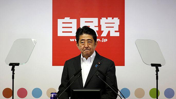 Napirenden az alkotmánymódosítás Japánban