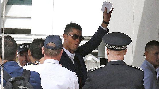 Euro2016, i campioni d'Europa lasciano Parigi con la coppa