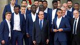 """El Presidente Hollande recibe a los """"Blues"""" como héroes pese a no haber podido levantar la Eurocopa en París"""