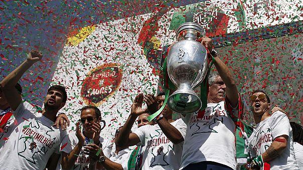 Португалия чествует футболистов-героев