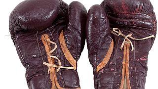 Les gants portés par Ali contre Frazier mis aux enchères