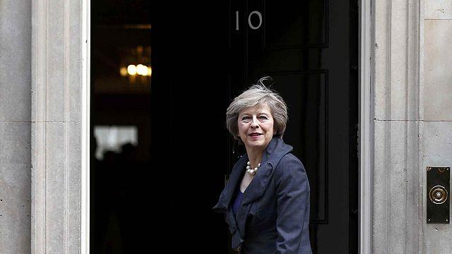 Theresa May 10 Downing Street'e yerleşiyor