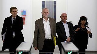 Reino Unido: Jeremy Corbyn vence batalha para se recandidatar à liderança do 'Labour'