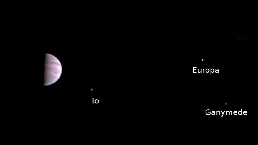 """Станция """"Джуно"""" сделала первые фото Юпитера"""