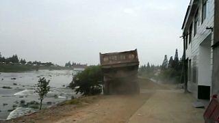 Verzweifelte Aktion in China: LKWs als Korken bei Dammbruch
