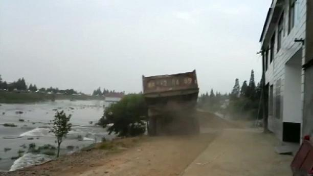 China: trucks driven into flood