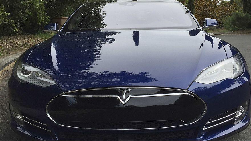 السلطات الأمريكية تطالب تيسلا موتورز بالبيانات الكاملة عن نظام القيادة الآلي