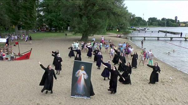 راهبات يرقصن تشجيعا للشباب