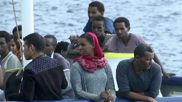 Centenas de migrantes resgatados no Mediterrâneo chegam a Itália