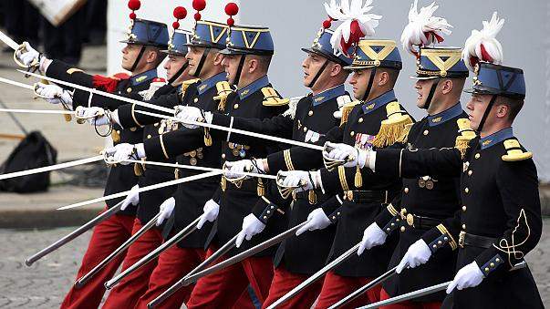 Katonai parádé Párizsban a Bastille napon - különleges vendégekkel