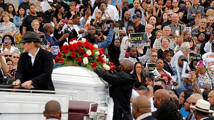 USA: eltemették a múlt héten autójában lelőtt fekete férfit