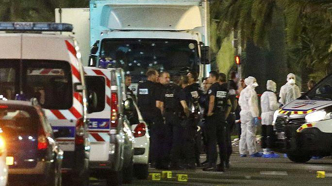 """Líderes internacionais condenam """"ataque bárbaro e cobarde"""" em Nice"""