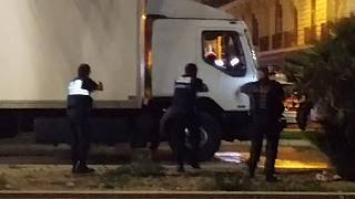 Atentado de Nice: o momento em que o atacante é abatido