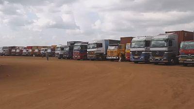 Des camions bloqués à la frontière entre l'Ouganda et le Soudan du Sud.