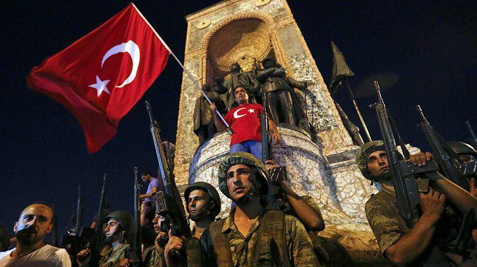 """أردوغان يندد بـ """"تمرد مجموعة صغيرة داخل الجيش""""."""