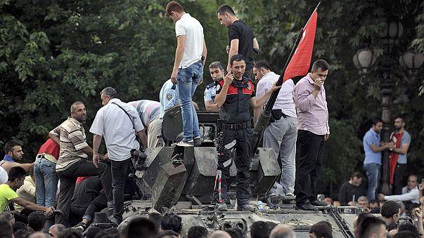 Cerca de 300 muertos y 3.000 militares detenidos en el fracasado intento de golpe de Estado en Turquía