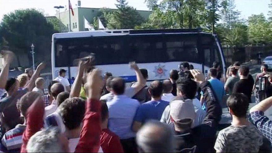 Törökország: a puccsisták elfoglalták az állami tévé székházát is