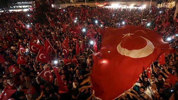 Türkei: Regierungsanhänger strömen in Massen auf die Straßen