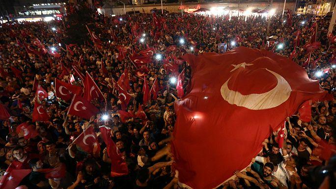 Türkiye'de halk meydanlarda demokrasisine sahip çıkıyor