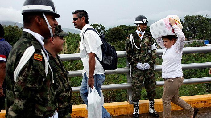 Kolumbiában veszik az élelmet a venezuelaiak