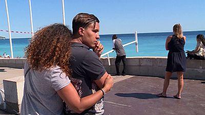 O luto francês no Passeio dos Ingleses em Nice