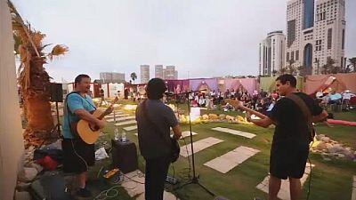 Concert de musique occidentale sur une plage