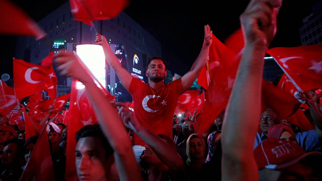 Meydanlarda demokrasi nöbeti