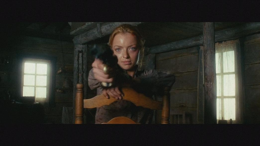 "Kaltblütige Francesca Eastwood im Western ""Outlaws and Angels"""