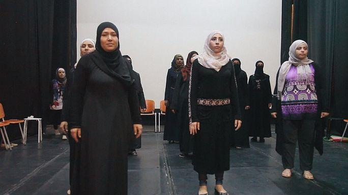 """""""ملكات سوريا""""...عرض مسرحي يسلط الضوء على معاناة لاجئات سوريات"""