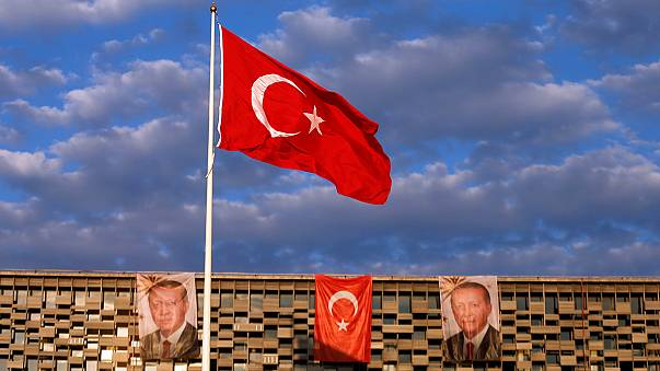 Lehrer, Richter, Soldaten: Türkische Regierung suspendiert zehntausende Staatsbedienstete