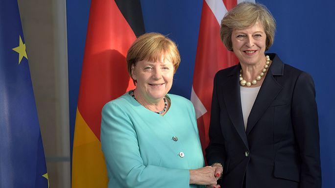 في اول زيارة رسمية لها، رئيسة الوزراء البريطانية تلتقي المستشارة الالمانية