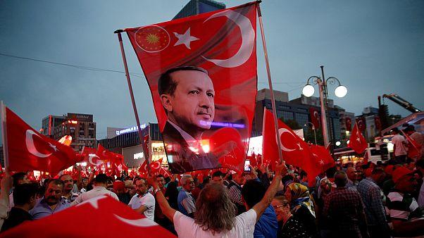 Turquia: Milhares apoiam Recep Tayyip Erdogan