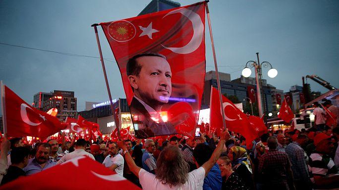 تأييد أنصار أردوغان لفرض حالة الطورائ في تركيا