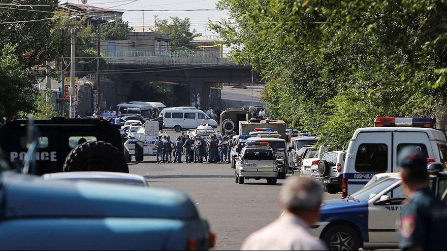 Jereván: tüntetők próbálták kiszabadítani a túszejtőket
