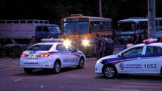Összecsaptak Jerevánban a rendőrök és a túszejtőket támogató tüntetők