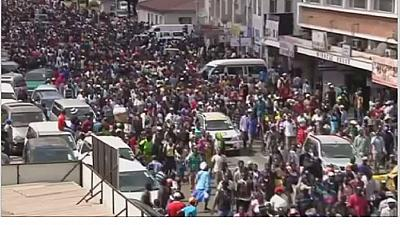 Zimbabwe: Mugabe's supporters flood Harare in show of solidarity