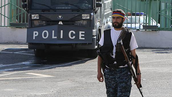 Liberados los dos últimos retenidos en una comisaría en Armenia
