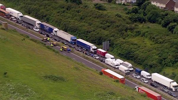 السائقون البريطانيون ينتظرون ساعات لاجتياز المانش