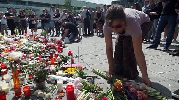 أزهار وشموع ترحماً على أرواح ضحايا اعتداء ميونخ