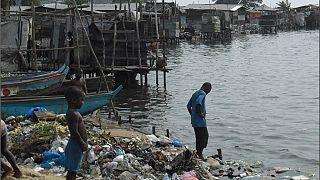 Liberia: environ 90 000 habitants du plus grand bidonville menacés par la mer