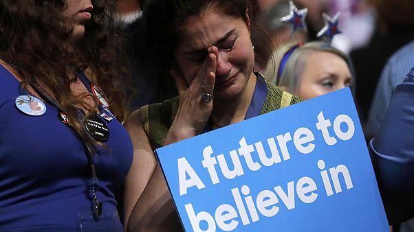 США: на съезде демократов сторонники Сандерса  освистывают Клинтон