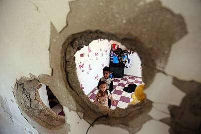 These children displaced by fighting in Hodeida are now living in a destroyed house in Yemen\'s Taez province.