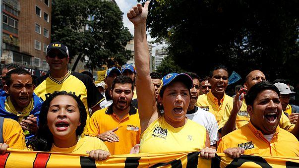 Venezuela'da muhalifler referandum yolunu açacak imzaların onaylanması için sokaklarda