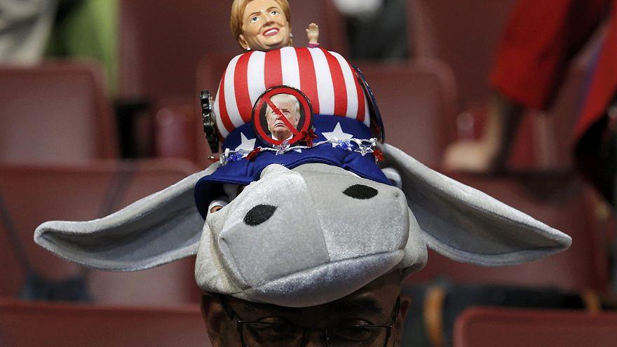 Demokratlar ilk kadın başkan adayları Clinton'ı şapkalarıyla selamladı