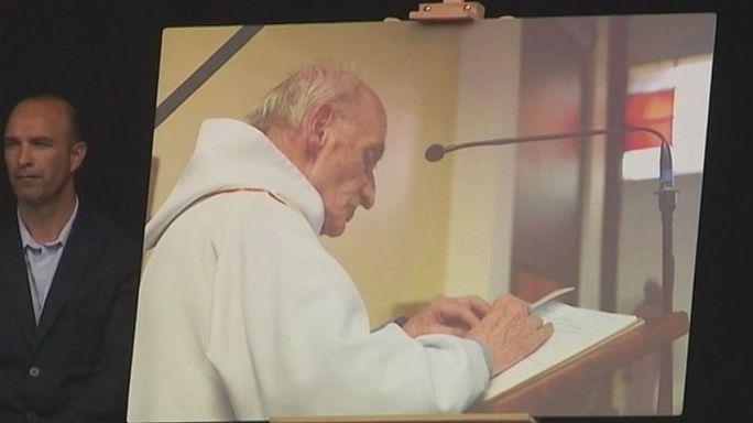 تكريم روح الكاهن الذي ذبح داخل كنيسته في سانت إتيان دو روفريه على يد داعش
