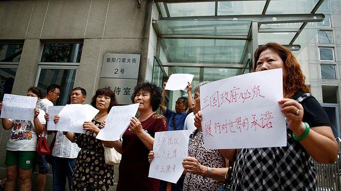 العائلات الصينية لركاب الطائرة الماليزية المفقودة يطالبون بإستمرار عمليات البحث