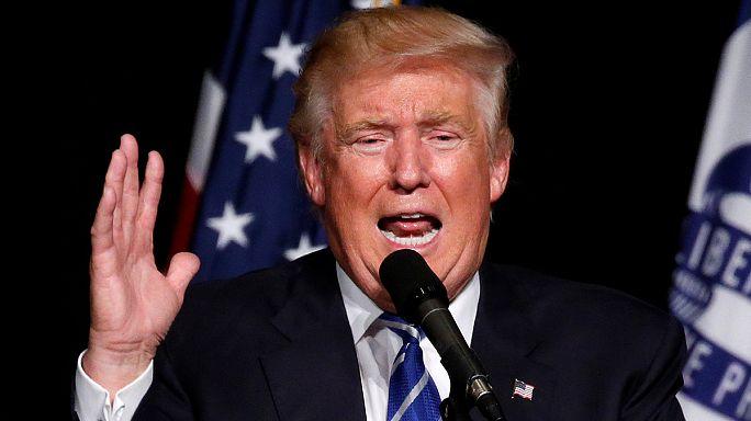 """Trump amenaza a sus contrincante demócratas, especialmente """"a un tipo muy pequeñito"""""""
