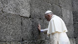 Némán, magában imádkozott Ferenc pápa Auschwitzban